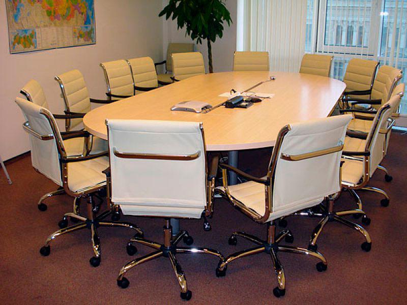 Стол для переговоров в рабочем кабинете